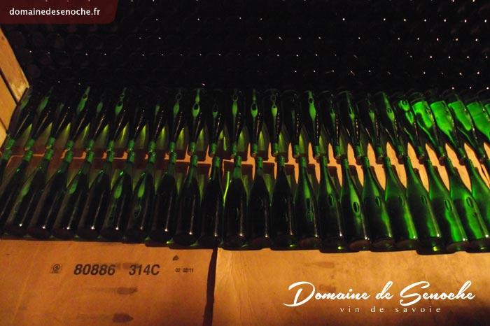 Chaque bouteille est d'abord habillée d'une « Capsule Représentative de Droits sur les alcools et boissons alcooliques » (CRD) ou plus familièrement appelée « congé ».