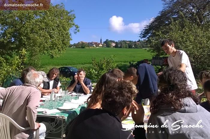 A midi, tout le monde se retrouve pour un repas chaud préparé par l'équipe en cuisine.